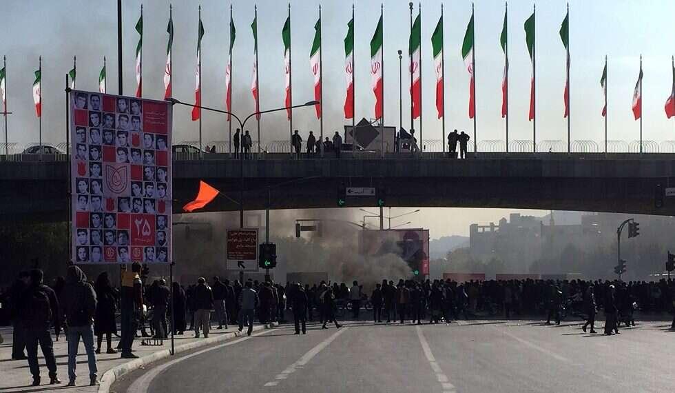 Les manifestations agrippent les principales villes iraniennes aux prix de l'essence au moins 1 tué