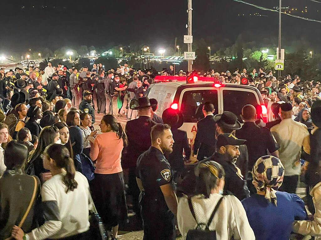 מירון האסון הכי גדול בישראל מאז הקמת המדינה 44 מתים 150פצועים בהם 23 קשה ילדים נמצחו למוות-אך המשטרה אפשרה כניסה ל 250000   F6983f83-e588-4113-b046-e8ae78029f83